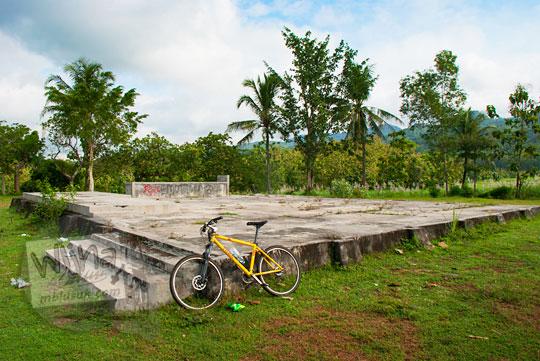 sisa pondasi situs purbakala gubug gedhe gedangsari di tengah lapangan desa ngalang yang tidak terawat